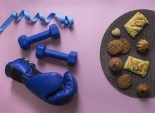 На сини и сантиметре летая гантелей предпосылки пинка вычисляйте свет перчатки коробки спорта мягкий против плиты с плюшками и пе Стоковое фото RF