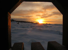 над солнцем яркой шерсти красным заход солнца покрывает зима валов Стоковое Изображение RF