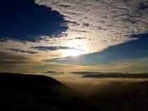 над солнцем яркой шерсти красным заход солнца покрывает зима валов Стоковая Фотография
