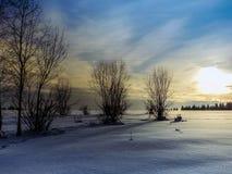 над солнцем яркой шерсти красным заход солнца покрывает зима валов Стоковое фото RF
