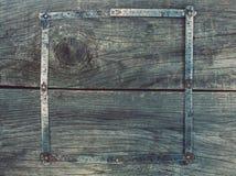 На старой, деревянный, треснутый, рабочая поверхность в мастерской год сбора винограда, используемый, ржавый, складной измеряя ин Стоковые Изображения RF