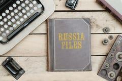На старой обложке книги на столе офиса с винтажными деталями Стоковое Изображение RF