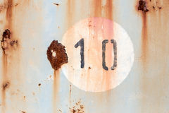 10 на старой покрашенной и заржаветой панели металла Стоковые Изображения RF