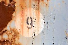 9 на старой покрашенной панели металла Стоковое фото RF