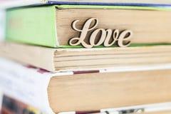 На стоге влюбленности слова старых книг деревянной Стоковое Фото