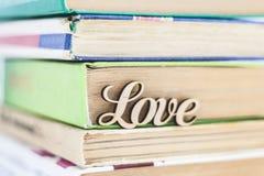 На стоге влюбленности слова старых книг деревянной Стоковые Изображения