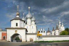 На стробах квадрата собора - Кремля Ростова Velikiy Стоковое Изображение RF