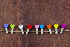 На строке, зажимки для белья в форме сердец Valentine& x27; день s Стоковое Изображение RF