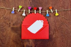 На строке, зажимки для белья в форме сердец Valentine& x27; день s Стоковая Фотография