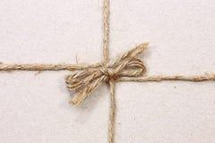 на строке связанной в коричневом цвете смычка рециркулировал бумагу Стоковая Фотография
