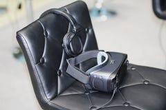 На стуле стекла для виртуальной реальности с наушниками стоковое изображение rf