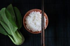 Над съемкой шара риса жасмина и свежего Veggie Стоковые Фото