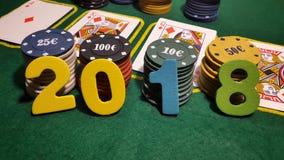 2018 на таблице для того чтобы сыграть покер с карточками и обломоками покера Стоковая Фотография