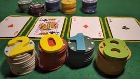 2018 на таблице для того чтобы сыграть покер с карточками и обломоками покера Стоковые Изображения