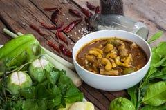 На таблице с Pla Gaeng Tai и овощами стоковые изображения rf