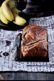 На таблице торт банана, бананы на заднем плане Стоковая Фотография