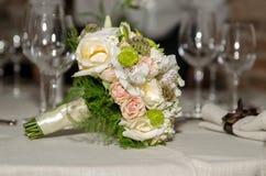 На таблице стоит bridal стекла букета и шампанского Стоковое фото RF