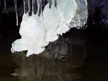 На темной предпосылке эксцентричной воды замерл стоковая фотография