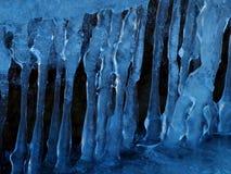 На темной предпосылке эксцентричной воды замерл стоковые изображения rf