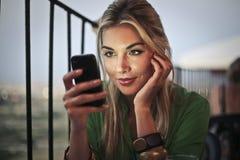 На телефоне на ресторане Стоковое Фото