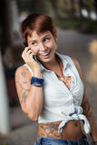 На телефоне на улице Стоковое Фото
