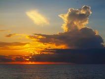 над Тихим океан заходом солнца стоковая фотография rf