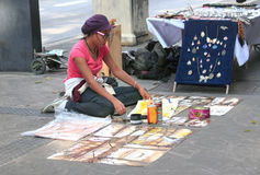 Надувательство девушки ее картины на улице в Sao Paolo Стоковые Фотографии RF
