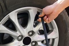Надувать колеса автомобиля через насос Стоковое Изображение