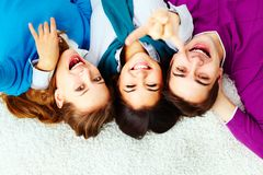 Восторженные подростки стоковое фото