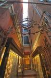 На узких улицах Венеции стоковые фотографии rf