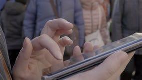На улице девушка работая на мобильном телефоне видеоматериал