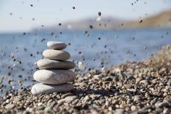 На фоне моря пирамида камней Стоковое фото RF