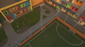 Над футболом футбола игры детей взгляд сверху на стадионе воздушном 4K UHD школы видеоматериал