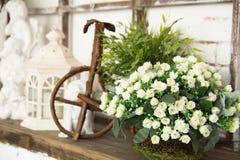 На цветках деревянной доски белых Стоковое Фото