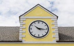 10 16 на часах на желтом здании гипсолита Стоковое Изображение