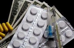 На черной предпосылке деньги и медицины лежат стоковая фотография rf