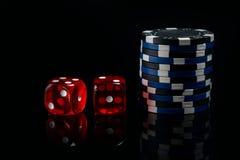 На черной предпосылке, 2 красных костях и пари для игры Стоковые Изображения RF