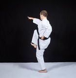 На черной предпосылке, удары спортсмена карате с коленом Стоковые Фотографии RF