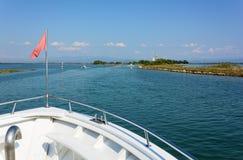 На шлюпке к острову Barbana стоковые изображения