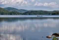 На шлюпке в озере стоковое изображение