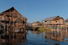 На шлюпке в плавая деревне озера Inle Стоковые Изображения