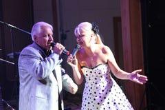 На этапе, композитор-песенник, певица, маэстро Александр Morozov его женой, Марина Parusnikova Стоковое фото RF
