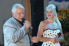 На этапе, композитор-песенник, певица, маэстро Александр Morozov его женой, Марина Parusnikova Стоковое Фото
