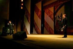 На этапе пожилая певица в строгом мужском костюме с связью - холмом Эдварда певицы (г-ном Trololo) Стоковое Изображение RF