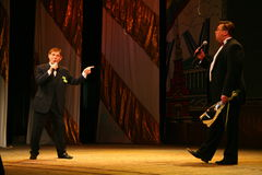 На этапе пожилая певица в строгом мужском костюме с связью - холмом Эдварда певицы (г-ном Trololo) Стоковая Фотография
