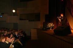На этапе пожилая певица в строгом мужском костюме с связью - холмом Эдварда певицы (г-ном Trololo) Стоковые Изображения