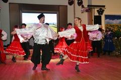На этапе танцоры и певицы, актеры, члены хора, танцоры корпуса de балета и певец-соло казацкого ансамбля Стоковые Изображения RF