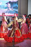 На этапе танцоры и певицы, актеры, члены хора, танцоры корпуса de балета и певец-соло казацкого ансамбля Стоковая Фотография RF