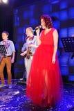 На этапе, Spearmint группы шипучк-утеса музыкантов и певице Анне Malysheva Красный возглавленный петь девушки утеса джаза Стоковое фото RF
