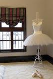 На юбке и ботинках балета вешалки на ковре Стоковое Изображение